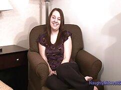 Mujer bonita se mete un pene mujeres follando mayores de goma en el coño delante de una webcam