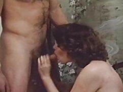 Chicas adolescentes con tacones desnudos hasta las bragas y sacudiendo grandes tetas abuelas mayores follando