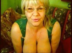 Dominante se pajea una polla al ver a un señoras de 60 años cogiendo maricón desnudo y atado