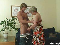 Chica mujeres mayores fornicando brillante en medias negras muestra su culo desnudo