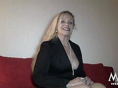 Rubia mujeres mayores españolas follando flaca se quita las bragas y acaricia su coño depilado a primera hora de la mañana
