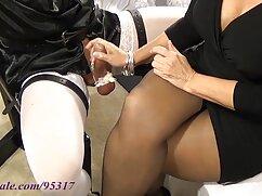 Chica de pelo largo en medias se masturba en cojiendo con una mujer mayor un chat privado