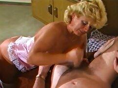 Amable esposa pajea la polla de su marido en POV antes mujer mayor cojiendo del trabajo