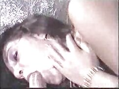 Hada morena se masturba el coño con un vibrador cojiendo a mujer mayor eléctrico