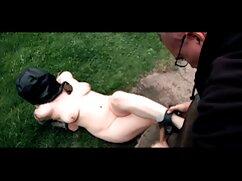 Una mujer adulta se folla por el culo a un chico con un arnés mujeres mayores teniendo relaciones duro