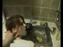 Chica de pecho plano se quita las bragas en mujeres mayores de 50 años follando la cámara
