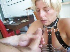 Una jugosa mujer de exuberantes pechos se masturba el coño cojiendo mujeres mayores con un gran consolador en un chat de sexo