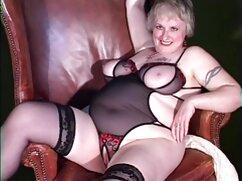 Rubia con vestido rojo abre las piernas en un chat de sexo y tiene peliculas xxx de mujeres mayores ambos agujeros con los dedos