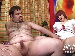 Atractivo activo conduce mujer mayor cojiendo una gran erección al apretado culo peludo de un amigo